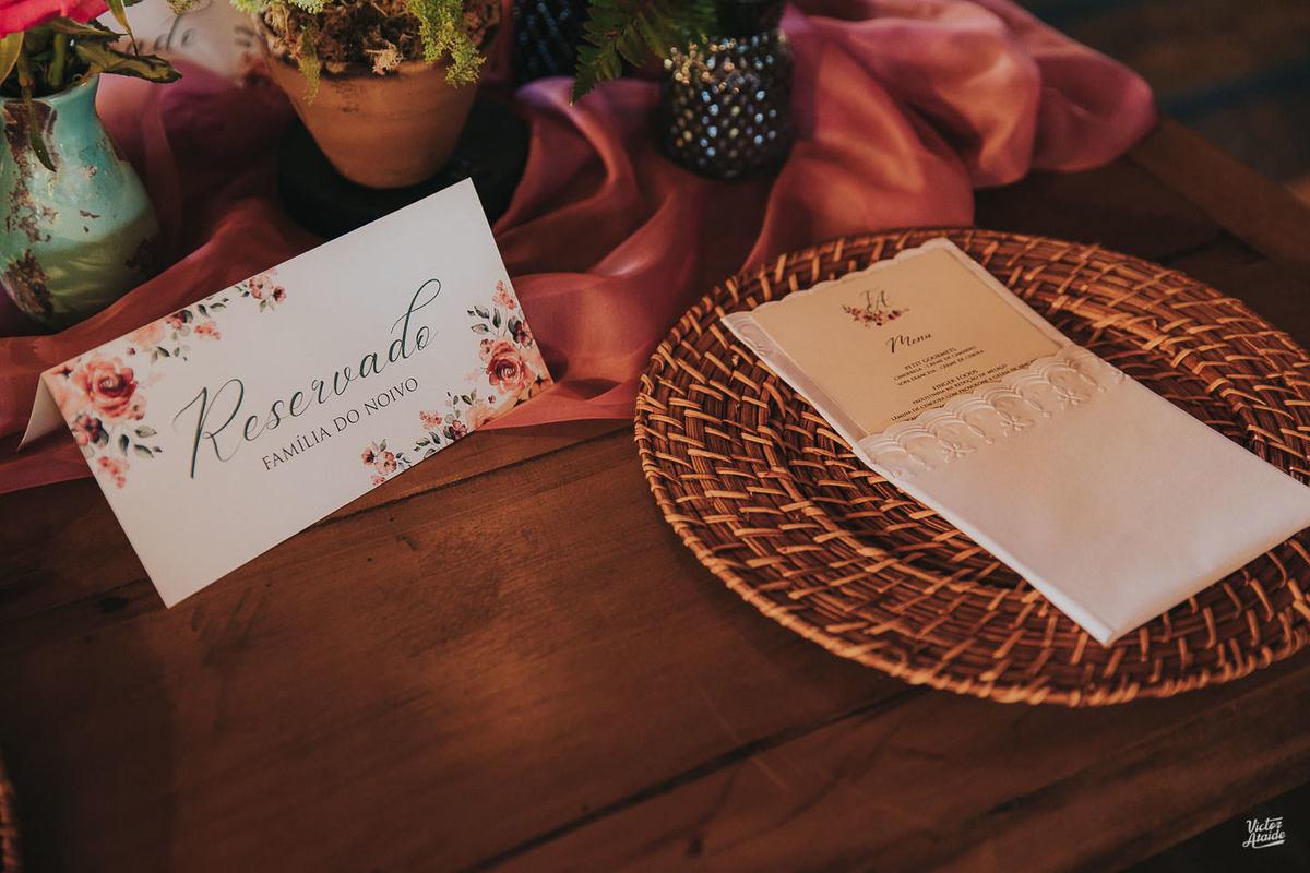 papelaria, reservado, noiva, noivo, decoração desconstruída, casamento, decoração de festa, mobiliário, sofás, lustres, victor ataide, casar, repceção, villa santorini, confins, lugar para casamento