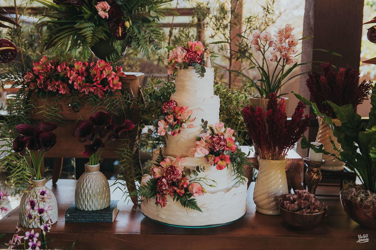 mesa bolo, decoração desconstruída, casamento, decoração de festa, mobiliário, sofás, lustres, victor ataide, casar, repceção, villa santorini, confins, lugar para casamento