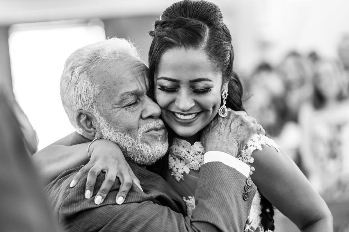 Abraço do pai de despedida da filha (noiva)