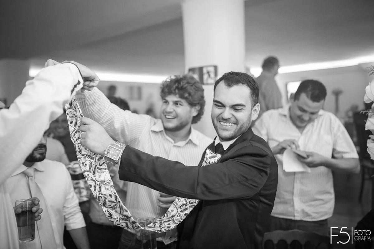 Imagem capa - Tradição de Casamento | Cortar a gravata do noivo por F5 - Fotografia