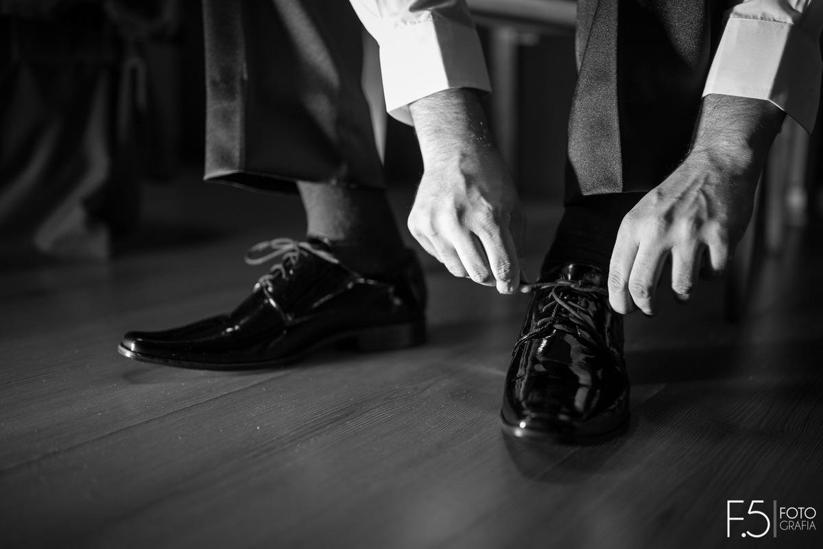 Imagem capa - Qual sapato de noivo escolher? por F5 - Fotografia