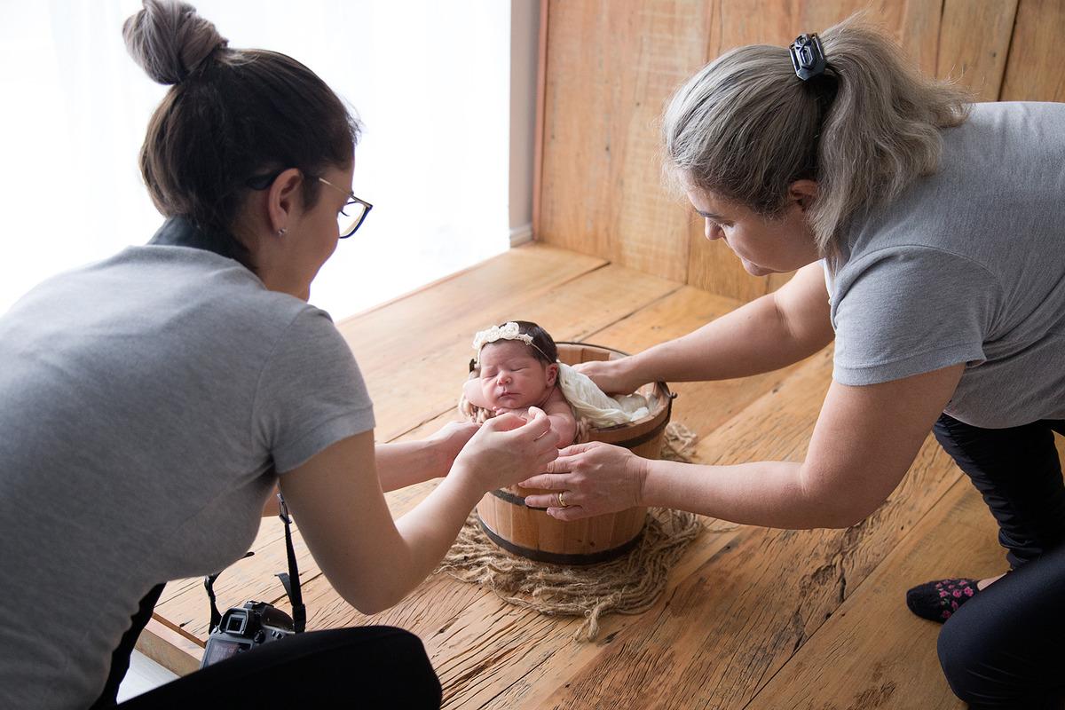 Imagem capa - Segurança durante o ensaio newborn por Tainá Porto
