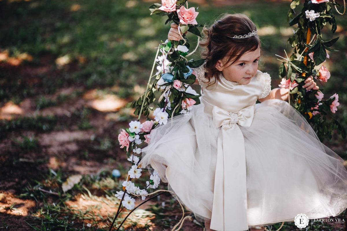 vestido de daminha princesa para casamento de dia.