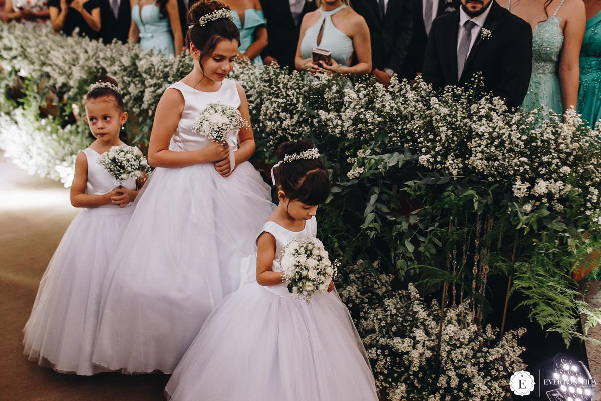 daminhas com vestidos minimalistas e flores no cabelo para casamento clássico