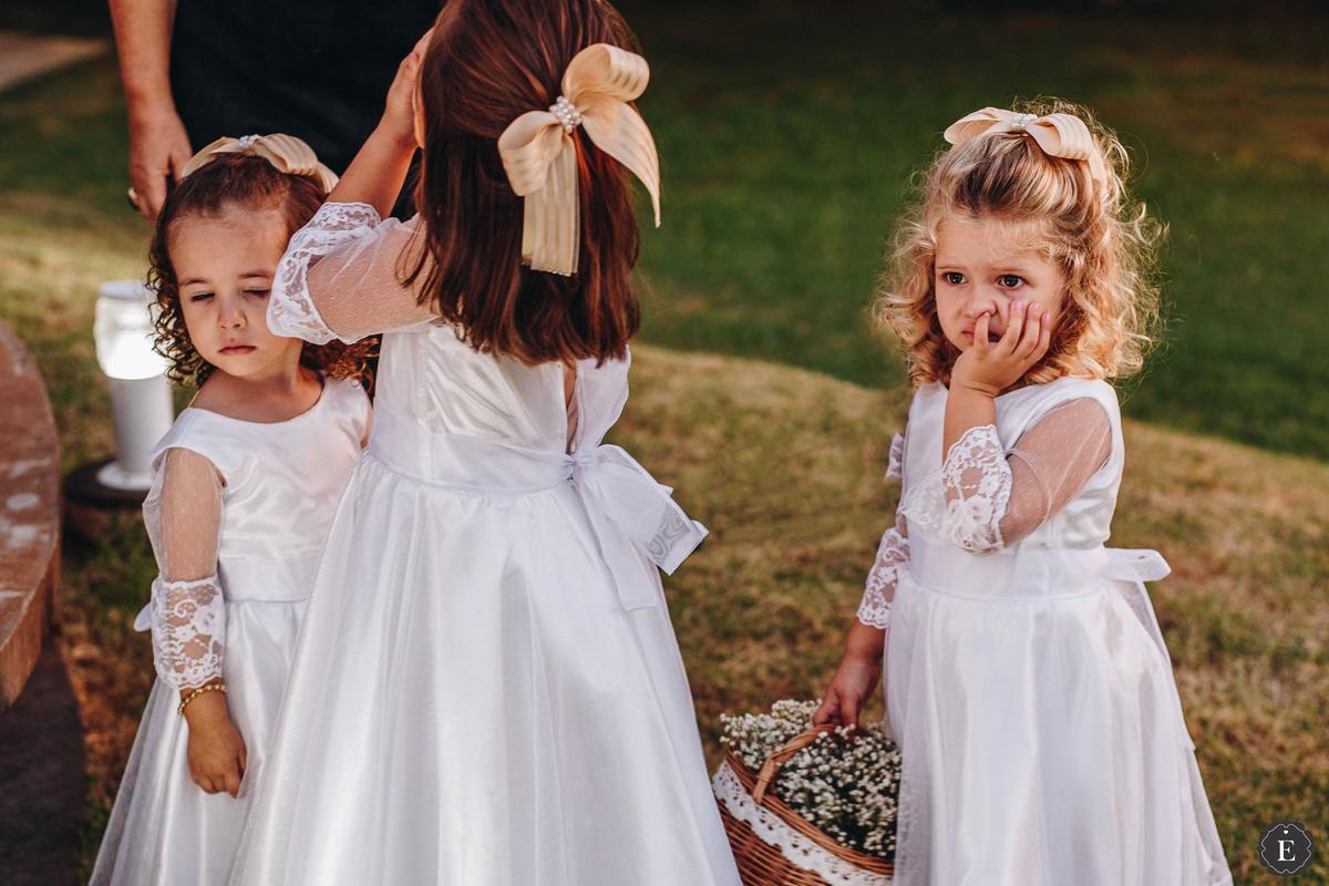 lindas daminhas com vestidos leves para casamento no campo
