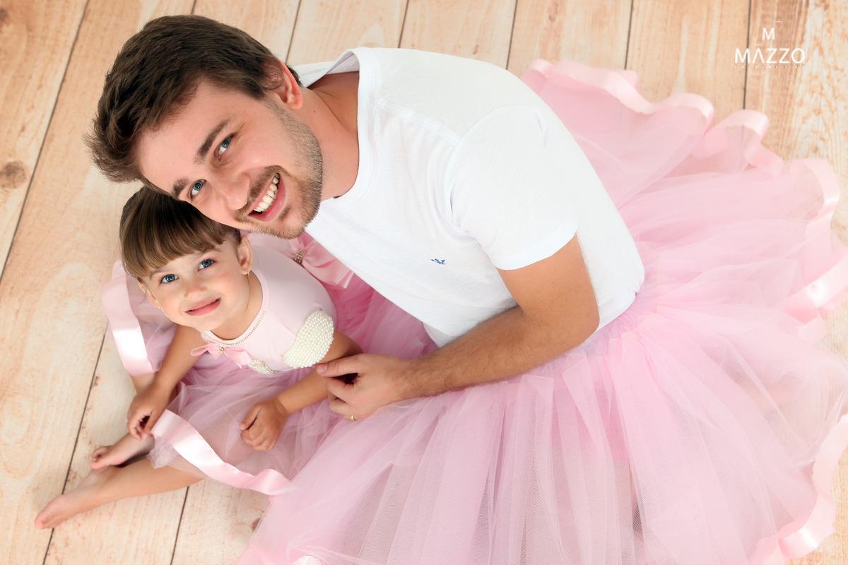 Imagem capa - Pai se veste de bailarino em ensaio fotográfico por Junior Mazzo