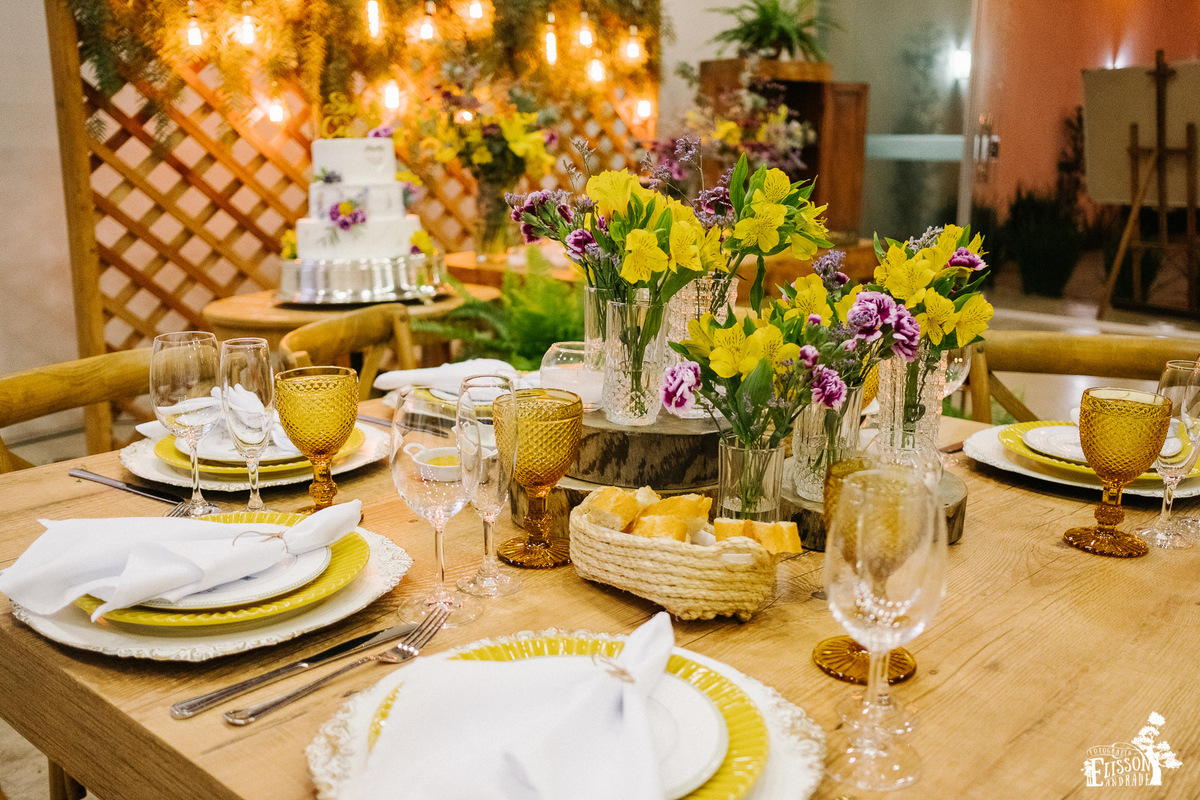 decoração boho chic, com madeira, flores amarelas, roxas, folhagem verde, rústico, tipo DIY