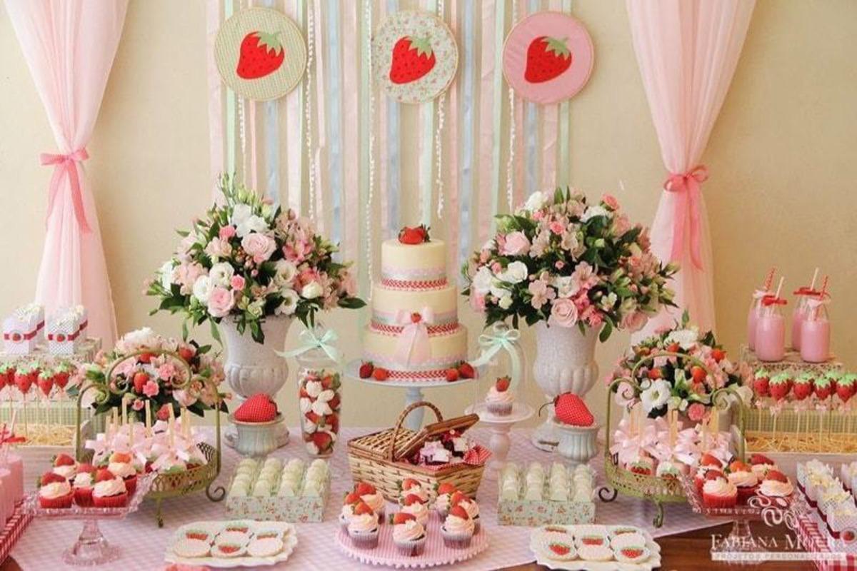 festa-tematica-de-morangos-festa-rosa-branco-e-vermelho-morango-moranguinho-tematica-diferente-tema-para-festa-infantil-tema-frutas-tema-fofo-tema-cores-neutras-bolo-flores-rosas-docinhos-personalizados-strawberry-fabio-martins-equipe-fm-fabiomartins