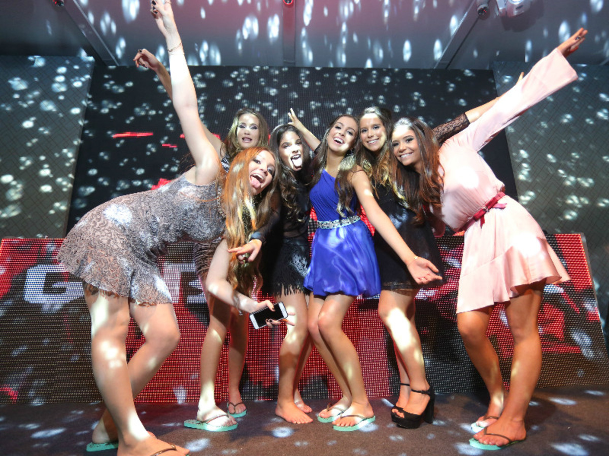 decoração-na-casa-vetro-festa-de-15-anos-tema-rosas-para-quinze-anos-cadeiras-de-vidro-decoração-de-mesas-para-aniversario-fotografo-fabio-martins-porto-alegre-casa-de-eventos-porto-alegre-decoração-de-festa-decoração-chique-decoração-cor-de-rosa-decoração-de-festa-com-flores-lustre-de-flores-mesa-resonda-cortinas-salmao-longas-buque-de-rosas-aniversario-de-15-anos-chique-na-casa-vetro-de-porto-alegre-rio-grande-do-sul-cobertura-fotografica-fabio-martins-festa-party-diversao-casa-vetro-festa-de-quinze-anos-em-porto-alegre-festa-de-debutante-na-casa-vetro-debutante-15-anos-quinze-anos-15th-casa-vetro-salao-principal-casa-vetro-espaço-de-eventos-casa-vetro-quinze-anos-casa-vetro-festa-tema-rosas-porto-alegre-sofas-area-social-casa-vetro-espaço-de-eventos-com-sofas-sala-grande-com-sofas-cadeira-de-vidro-com-almofadas-cadeira-transparente-com-almofadas-festa-rosa-mesa-espelhada-de-vidro-mesa-cubos-de-espelho-vestido-de-entrada-de-debutante-vestido-de-dança-debutante-vestido-azul-debutante-vestido-azul-dança-debutante-fotos-de-debutante-foto-de-debutante-com-os-pais-aniversariante-fotos-aniversariante-posando-com-amigos-valsa-15-anos-quinze-anos-valsa-com-o-pai-foto-da-valsa-quinze-anos-valsa-com-o-pai-quinze-anos-bolo-de-aniversario-15-anos-bolo-de-quinze-anos-aniversario-parabens-quinze-anos-hora-do-parabens-15-anos-festa-de-quinze-anos-com-mc-koringa-aniversariante-contrata-mc-koringa-para-ser-dj-em-sua-festa-de-15-anos-dançando-de-chinelo-nos-quinze-anos-lembrança-de-aniversario-quinze