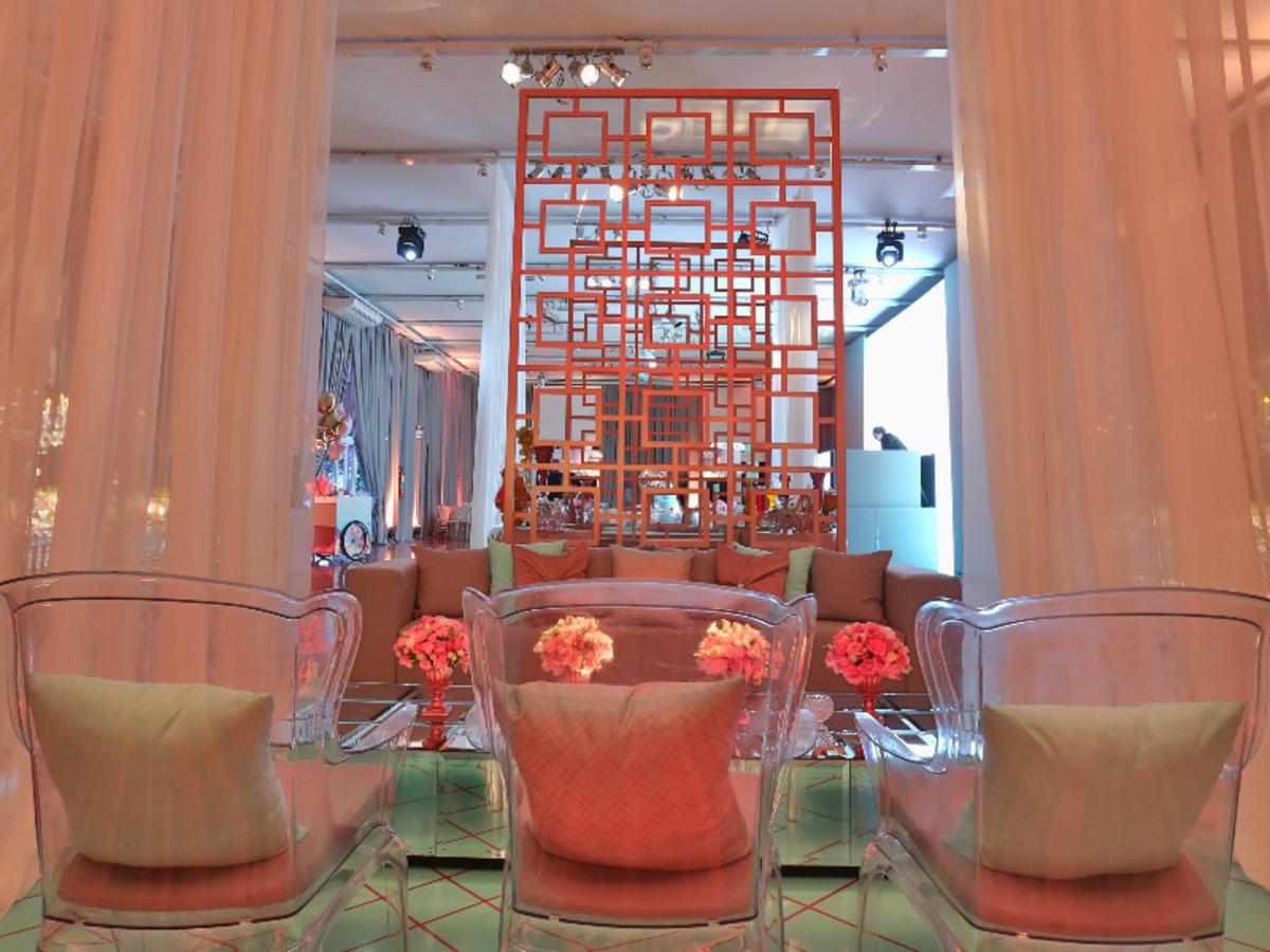 decoração-na-casa-vetro-festa-de-15-anos-tema-rosas-para-quinze-anos-cadeiras-de-vidro-decoração-de-mesas-para-aniversario-fotografo-fabio-martins-porto-alegre-casa-de-eventos-porto-alegre-decoração-de-festa-decoração-chique-decoração-cor-de-rosa-decoração-de-festa-com-flores-lustre-de-flores-mesa-resonda-cortinas-salmao-longas-buque-de-rosas-aniversario-de-15-anos-chique-na-casa-vetro-de-porto-alegre-rio-grande-do-sul-cobertura-fotografica-fabio-martins-festa-party-diversao-casa-vetro-festa-de-quinze-anos-em-porto-alegre-festa-de-debutante-na-casa-vetro-debutante-15-anos-quinze-anos-15th-casa-vetro-salao-principal-casa-vetro-espaço-de-eventos-casa-vetro-quinze-anos-casa-vetro-festa-tema-rosas-porto-alegre-sofas-area-social-casa-vetro-espaço-de-eventos-com-sofas-sala-grande-com-sofas-cadeira-de-vidro-com-almofadas-cadeira-transparente-com-almofadas-festa-rosa