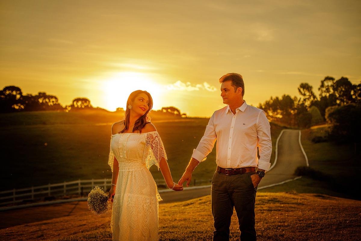 ensaio fotografico em gramado casal no campo