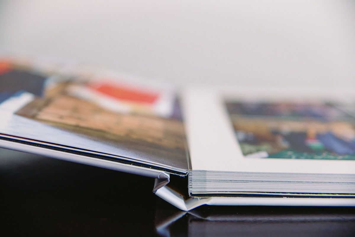 Amostra de Álbum Encadernado com abertura em 180º da Indimagem Photobooks e Encadernados