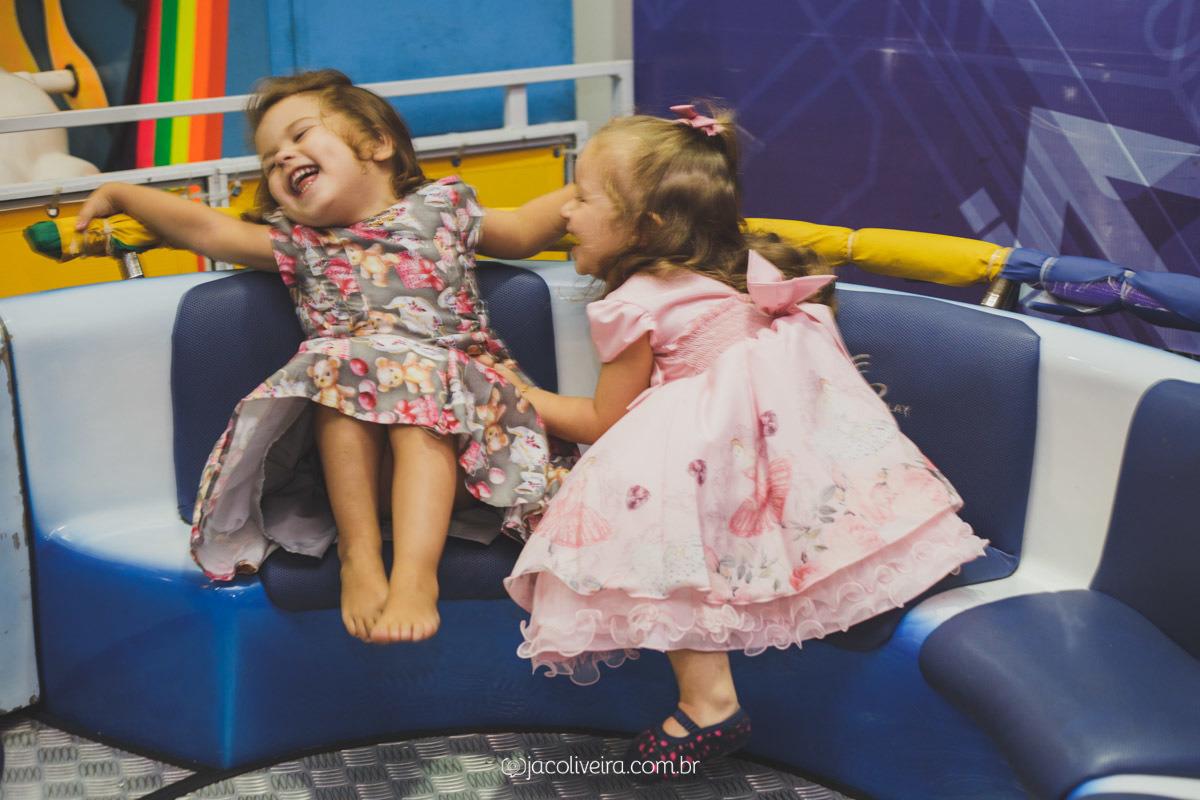 crianças brincando gira gira aniversario infantil brincalhao festas