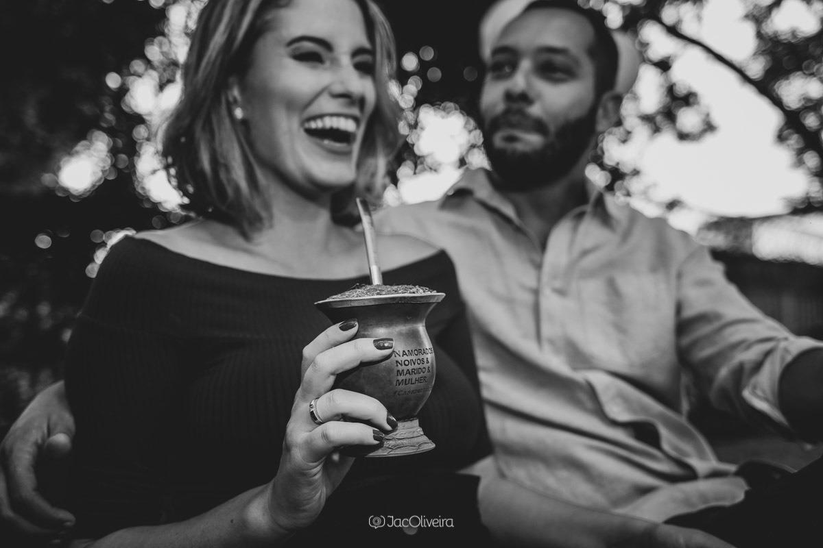 ensaio casal rindo e tomando chimarrao porto alegre