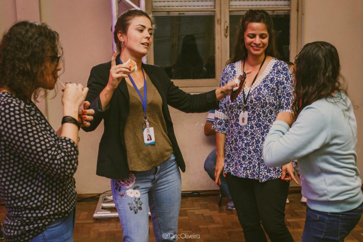 professoras dançando na festa mensal para crianças do calábria em porto alegre
