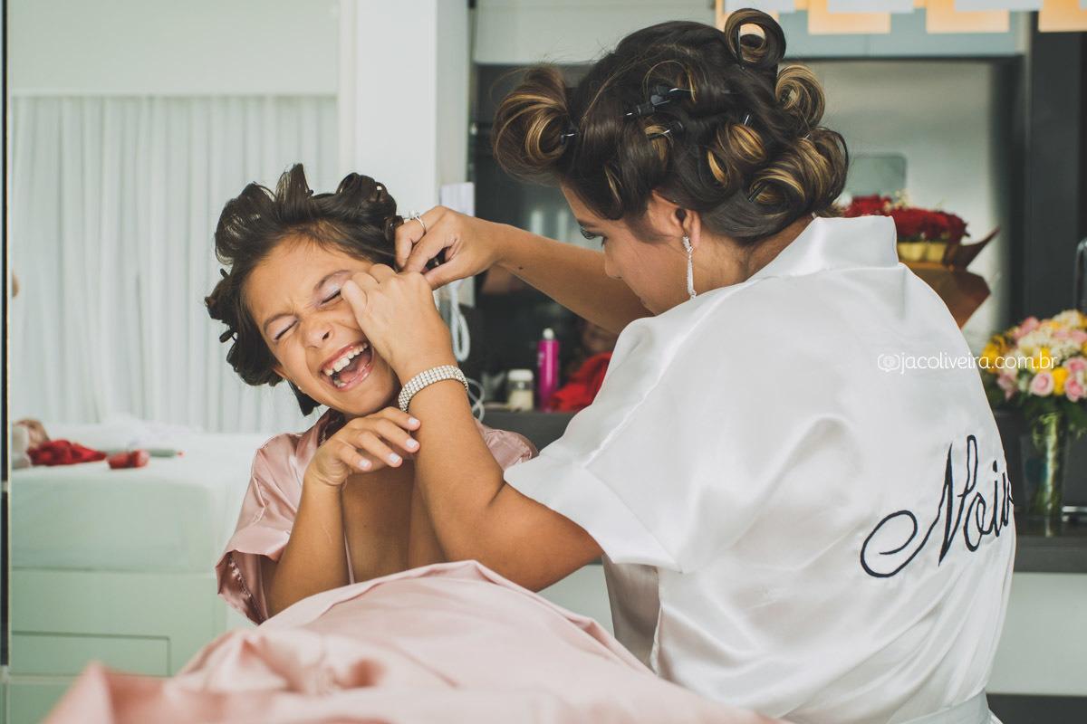 fotografia de casamento porto alegre noiva colocando brinco na filha