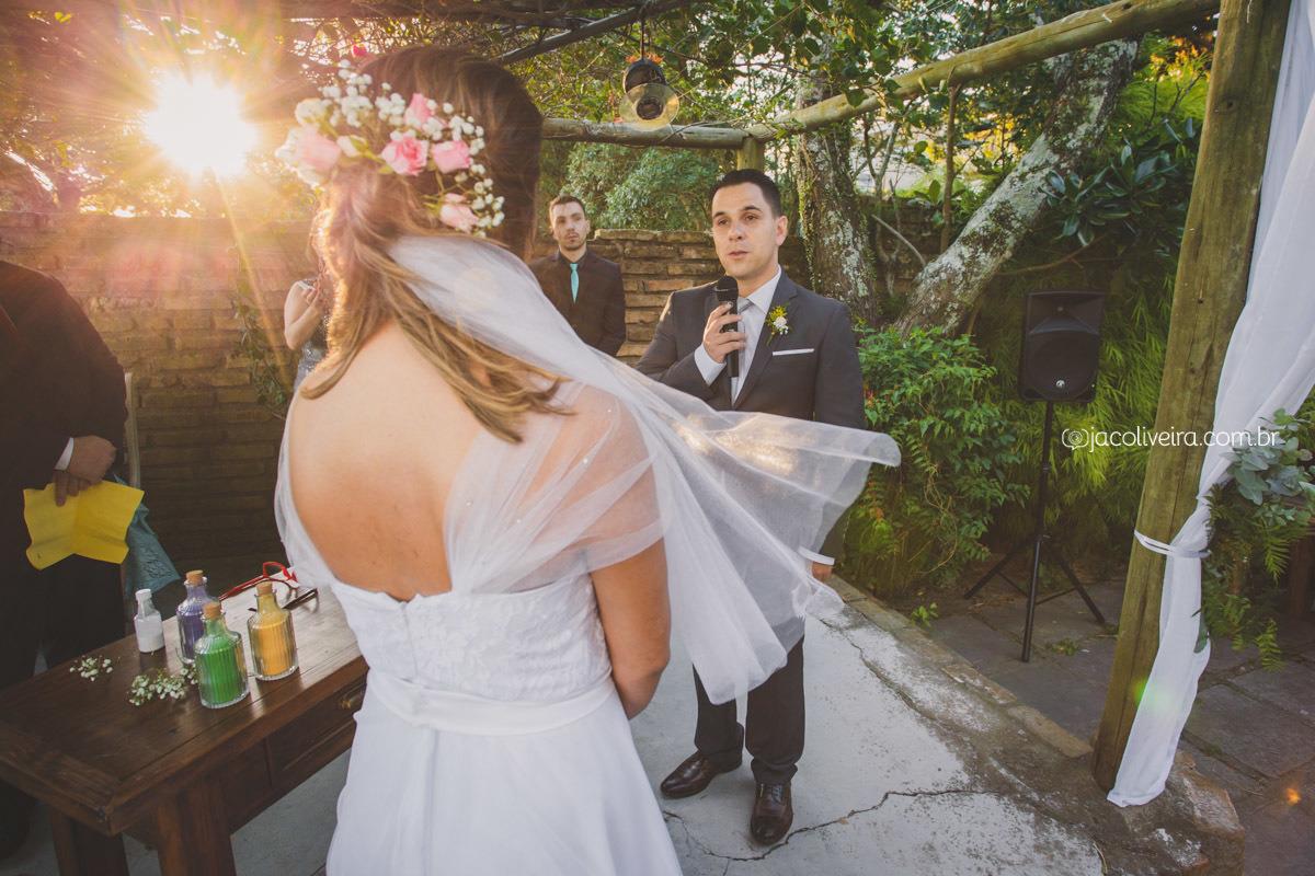 noivo lendo votos casamento la piedra por do sol fotos de jac oliveira
