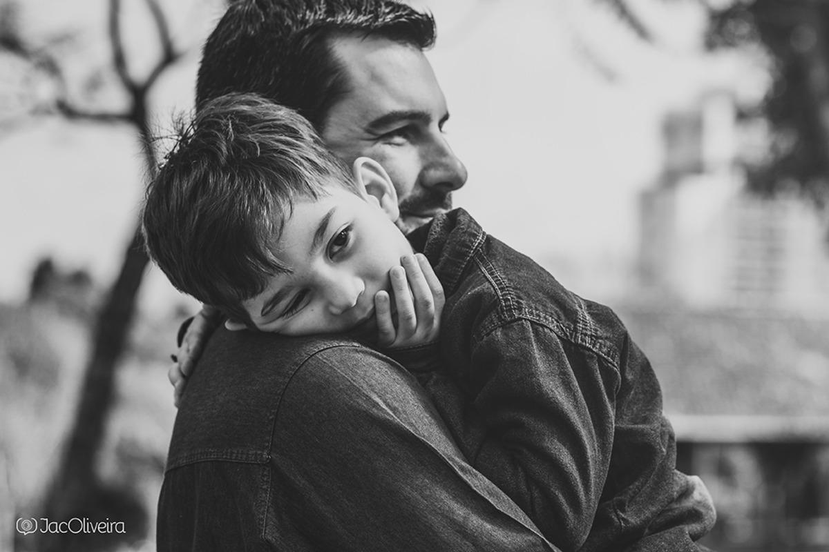 menino autista no colo do pai durante ensaio em porto alegre