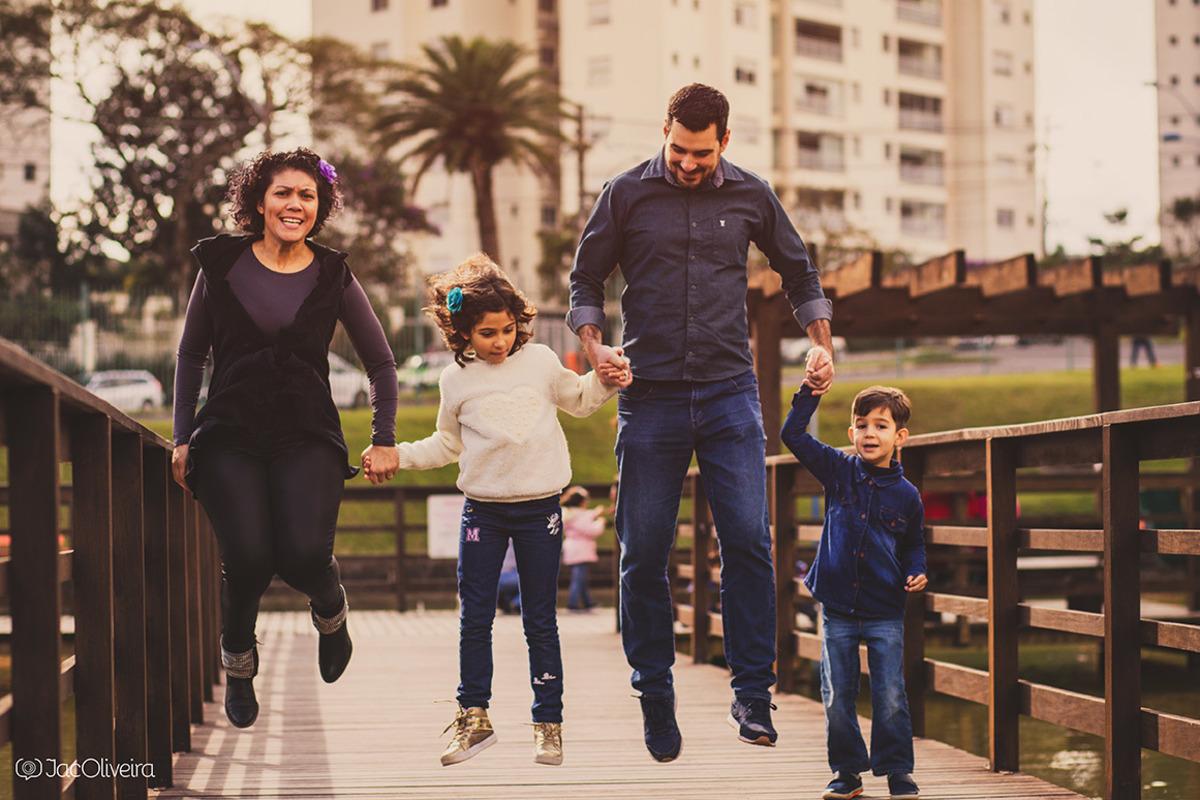 familia pulando no parque dia dos pais ensaio filho autista