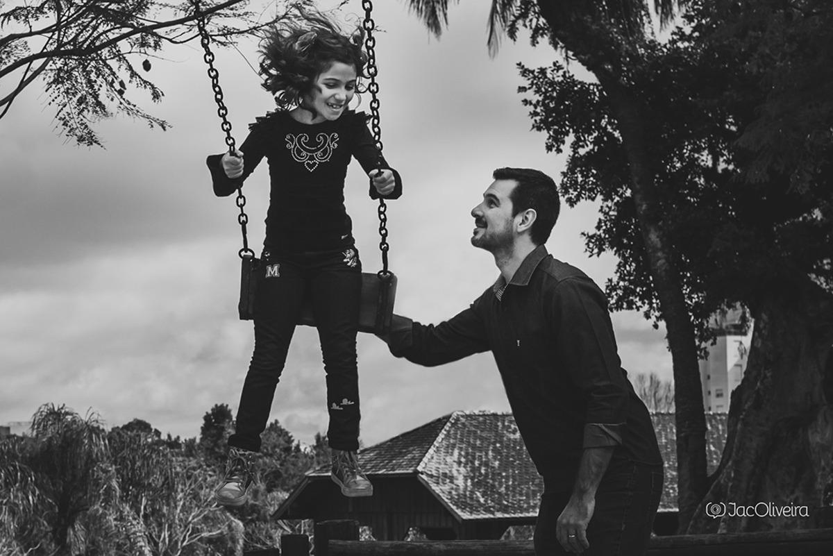 pai na pracinha com menina no balanço porto alegre parque germania
