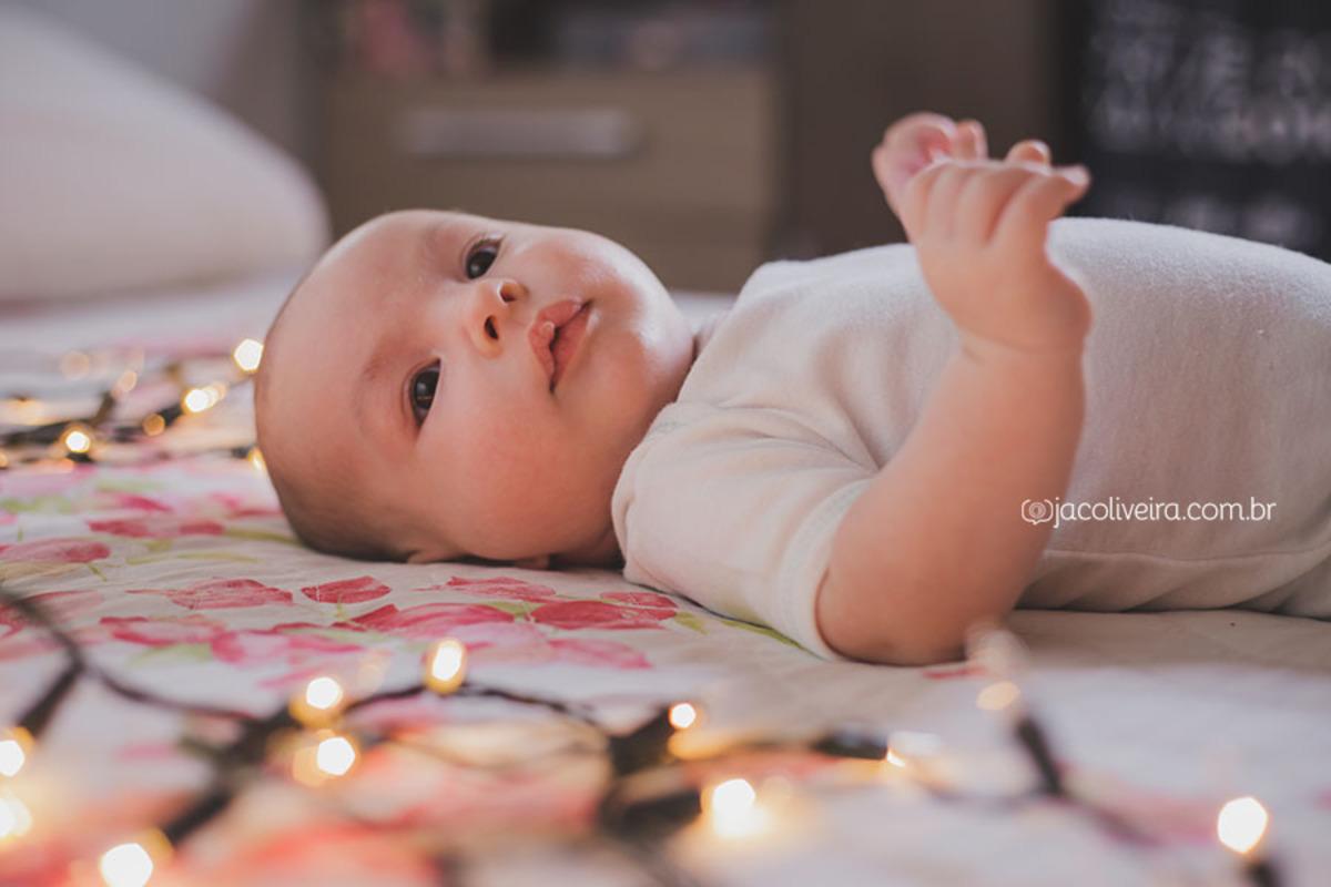 ensaio infantil porto alegre em casa, bebê com luzes de natal, jac oliveira
