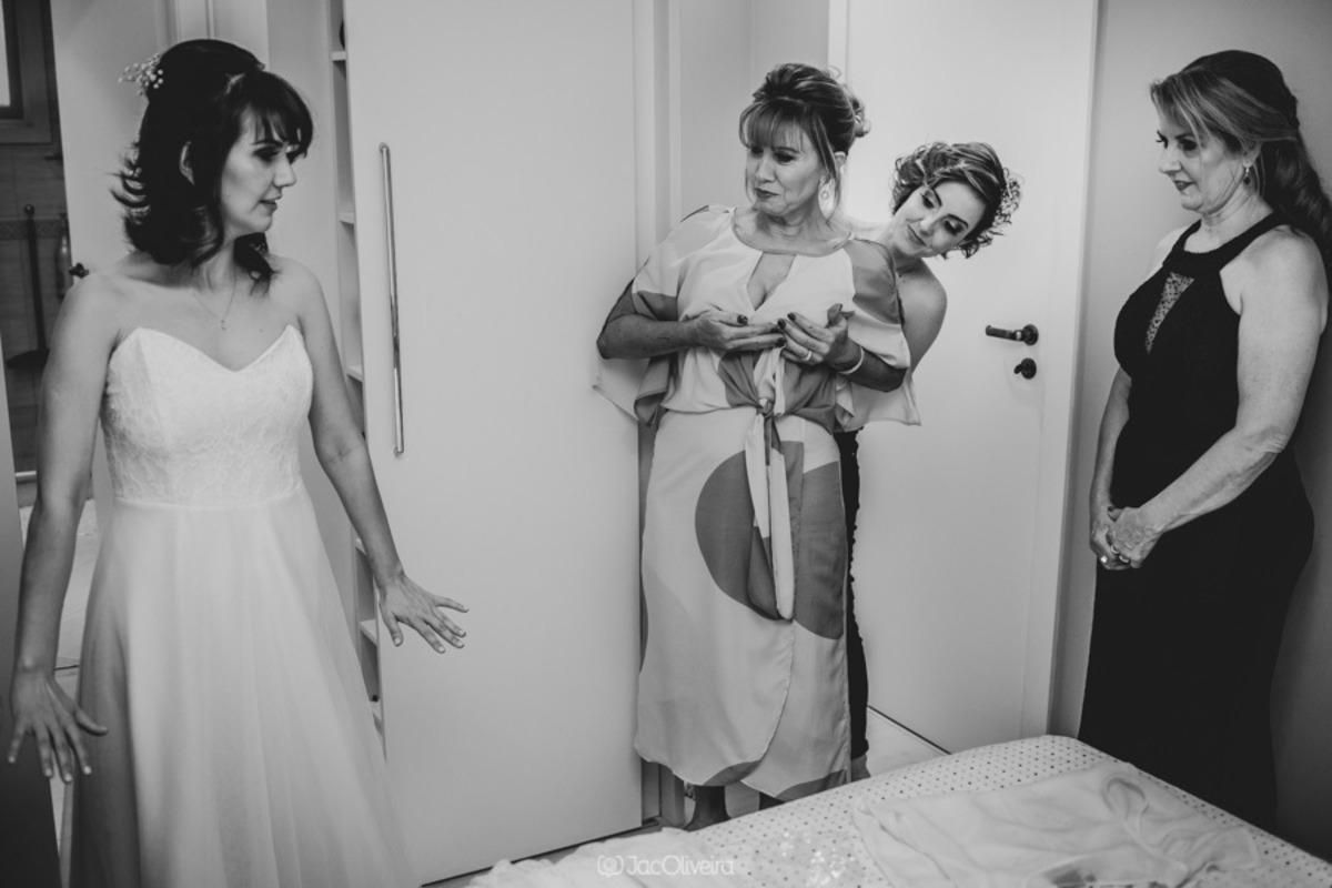 noivas e suas mães na preparação antes da cerimônia na love it