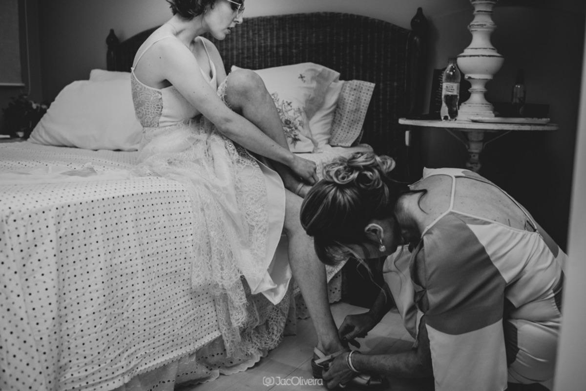 noiva é ajudada pela mãe antes de casar com sua noiva em porto alegre fotografia preto e branco