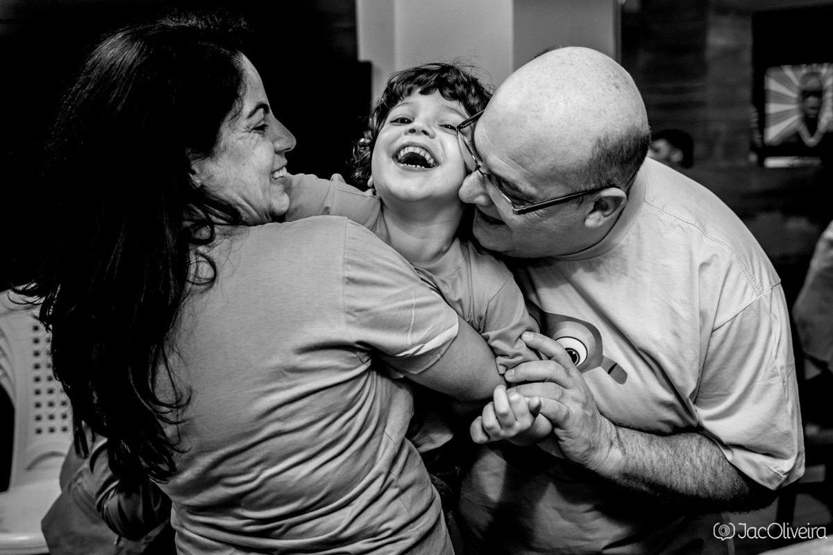 criança com os pais em seu aniversário fotografia espontanea