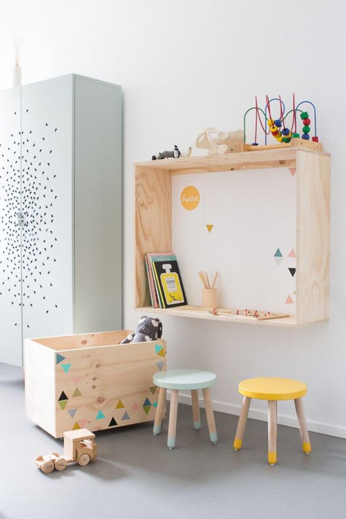quarto com madeira e bancos coloridos
