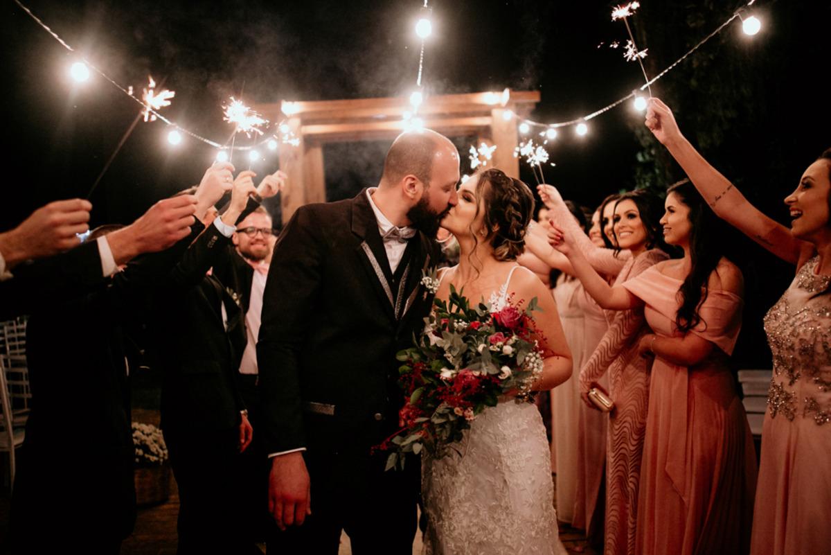 saída dos noivos após casamento