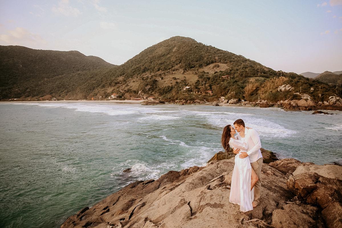 casal na praia nascer do sol