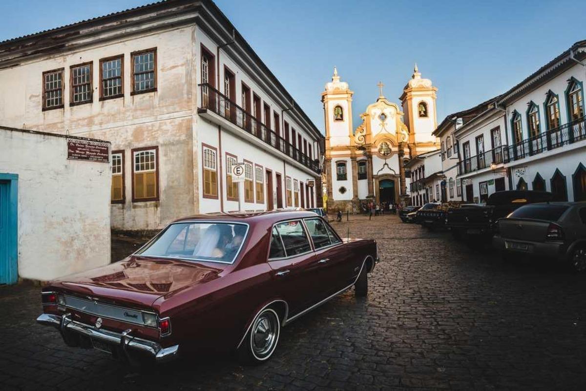 noiva chegando com carro antigo para cerimonia de casamento na igreja do pilar em ouro preto