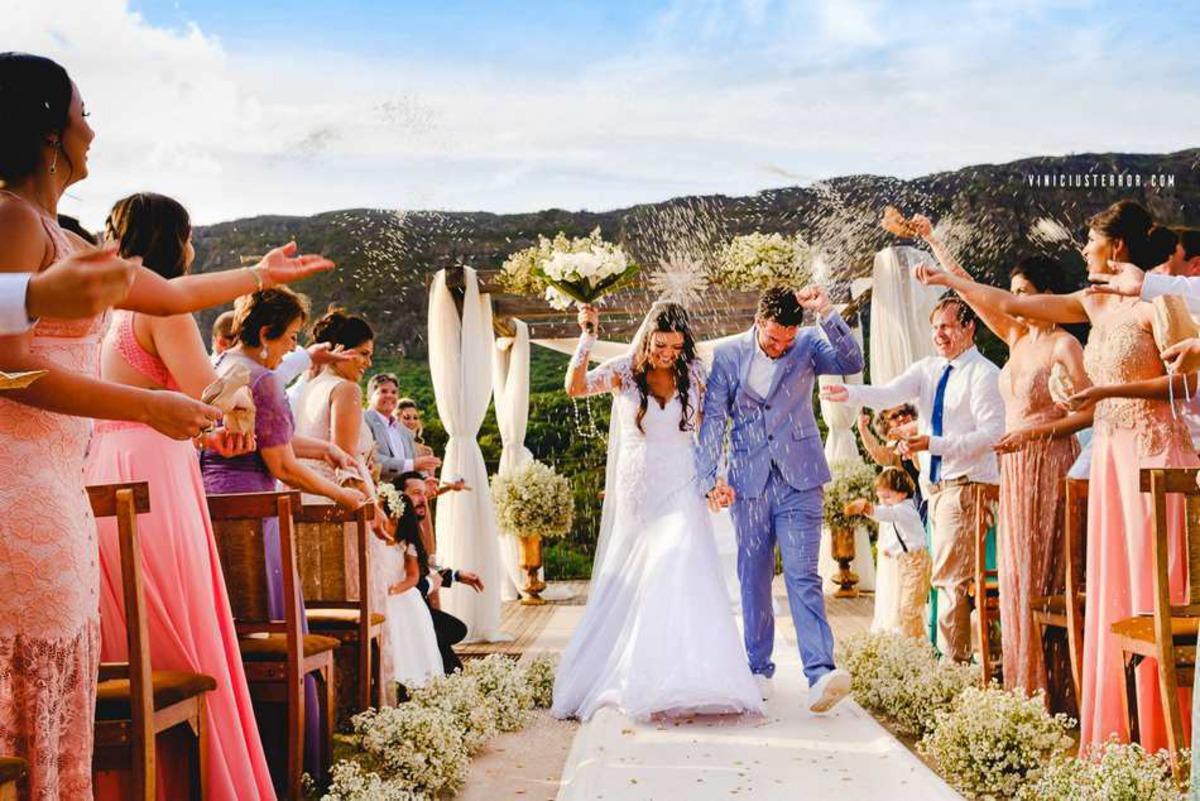 saida dos noivos casamento ao ar livre na brisa da serra tiradentes