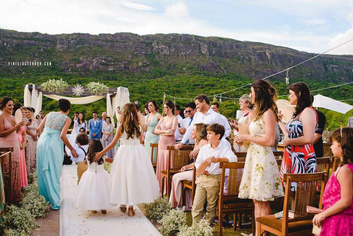 entrada das daminhas e pajens em um casamento ao ar livre