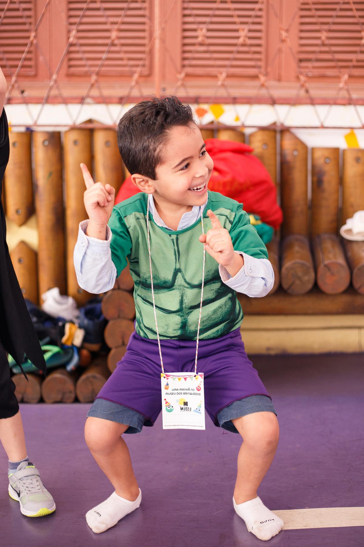 Criança brincando durante o seu aniversário, dançando e se divertindo.