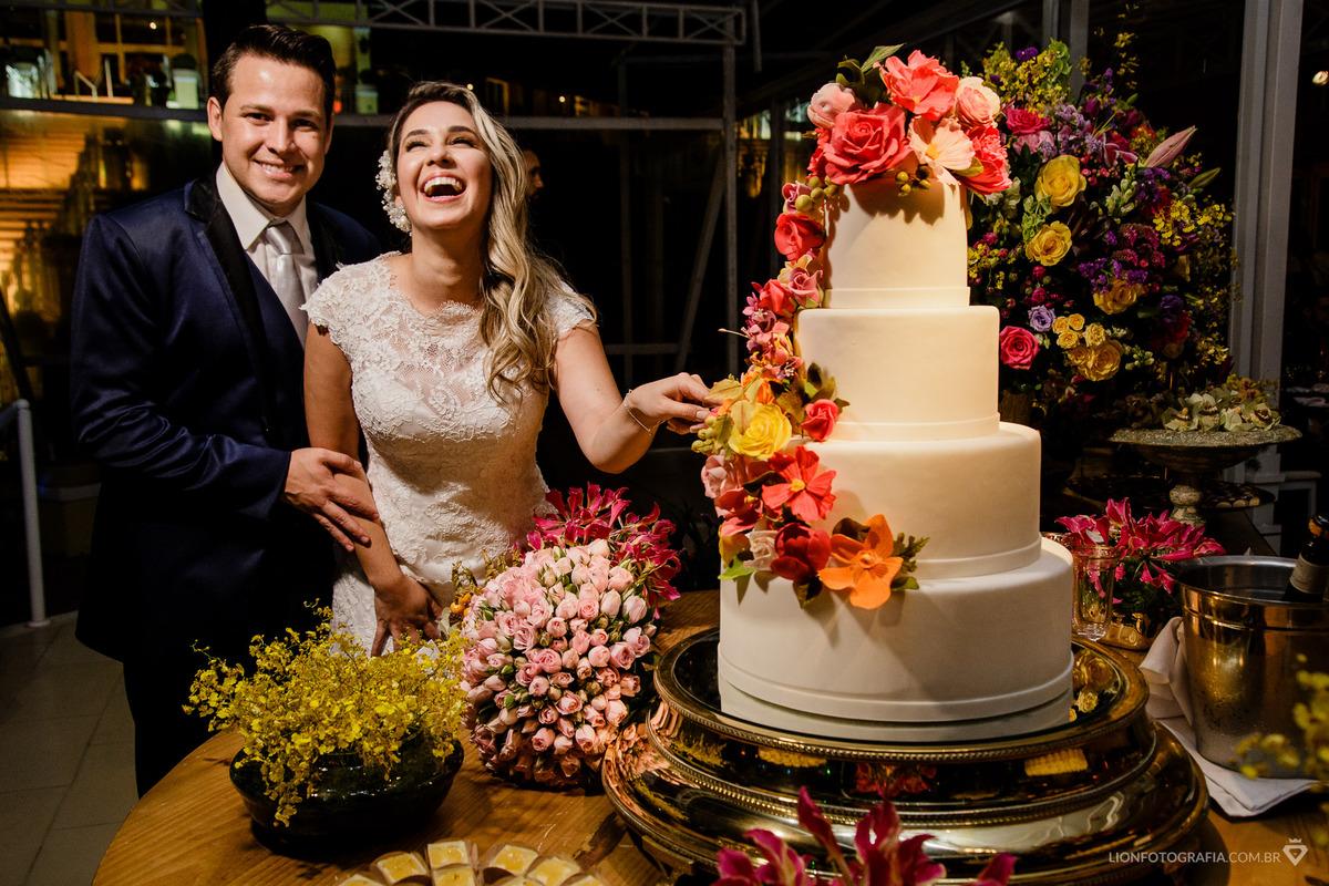 Imagem capa - Tradição no Casamento - Fotos na mesa do bolo: Fazer ou não fazer? por Guilherme Lion