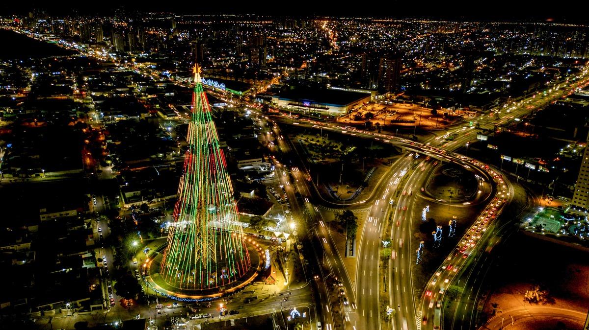 Imagem capa - FUI DE DRONE: Árvore de Natal gigante!!!  por Junior Barreto