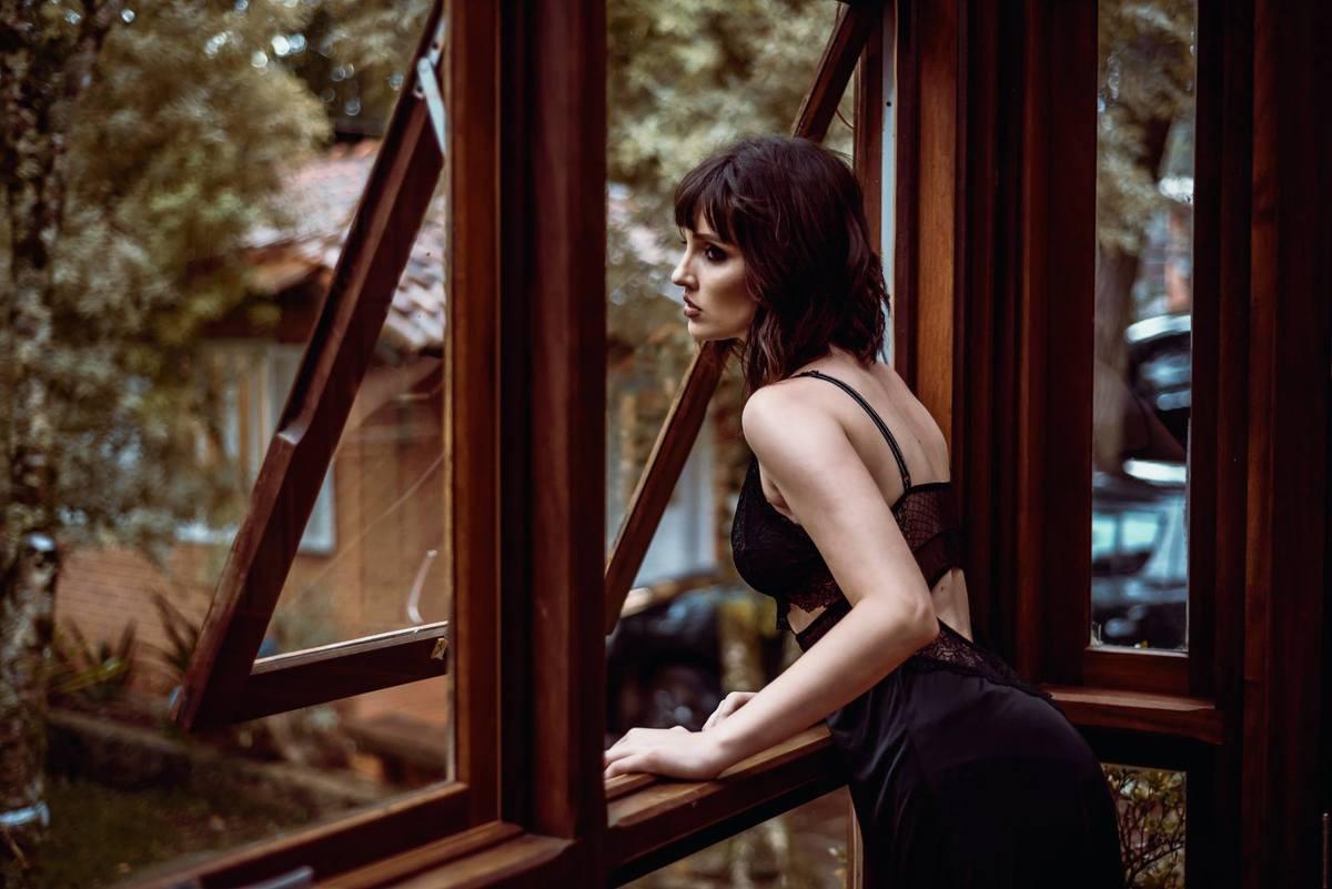 """Este tipo de vestuário deixa o aspecto do ensaio mais natural, cotidiano e intimista. Como se cada cena fosse observada secretamente, atentando-se aos detalhes sutis da retratada. Dá até pra se imaginar no filme """"A Janela Indiscreta"""", onde os personagens são observados secretamente através das lentes do vizinho fotógrafo  que está sempre em frente à janela de seu apartamento,  devido à uma perna quebrada que o obriga a ficar de """"molho"""" em casa, ele observa a vida de cada morador através de sua câmera."""