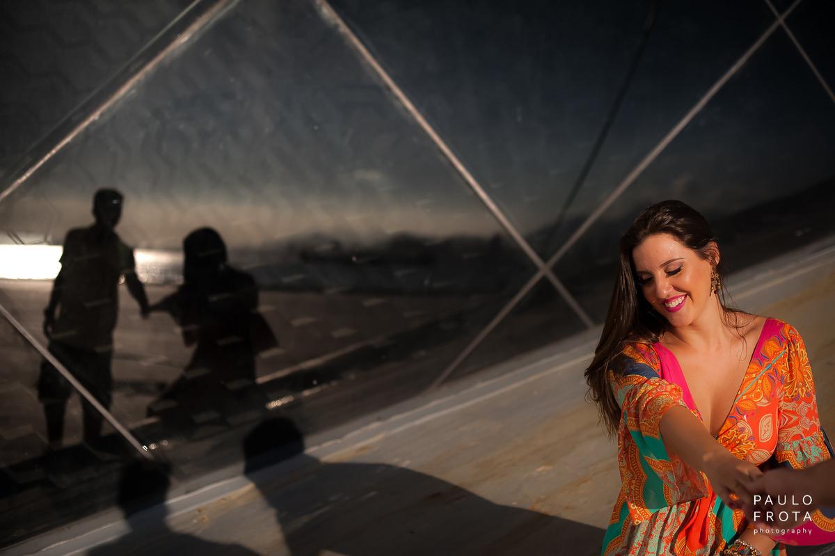 noiva de mão dada com o noivo, reflexo no espelho