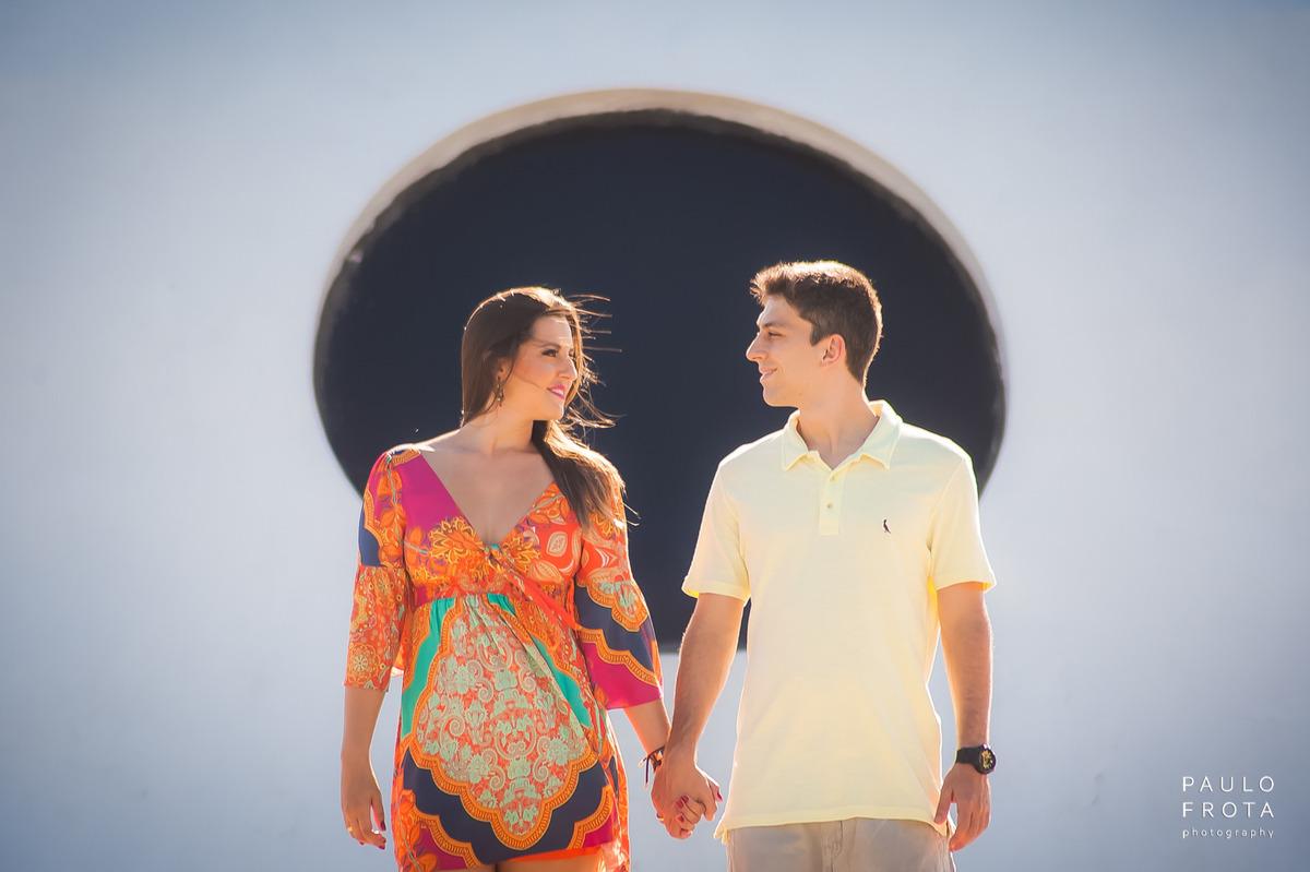 casal se olhando com composição de circulo no plano de fundo