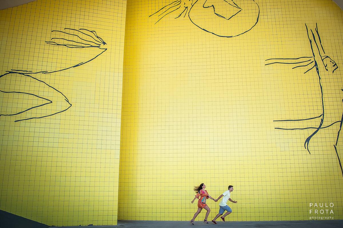 casal correndo linkando a composição da obra artística do plano de fundo