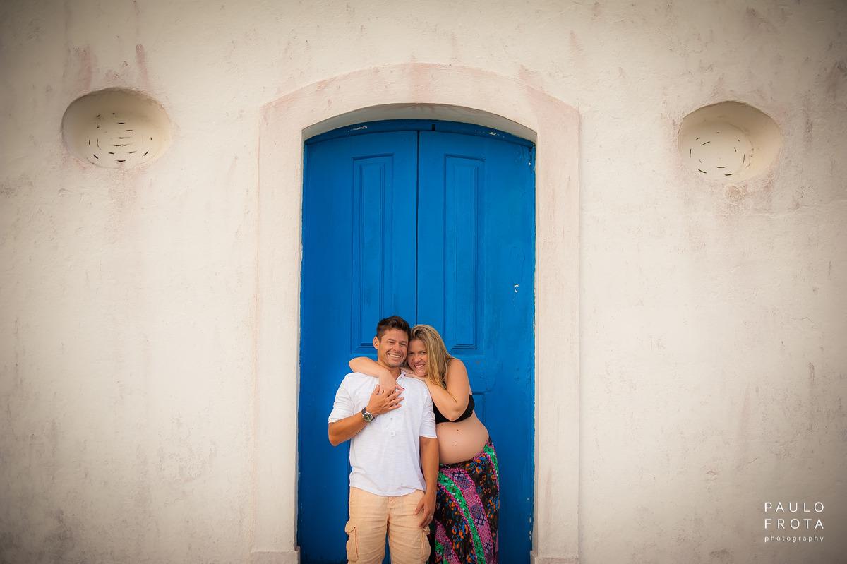 casa na porta lateral da igreja de Saquarema. Casal olhando para a câmera.