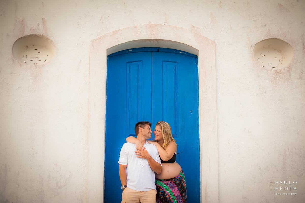 casal namorando na porta lateral da igreja de Saquarema. Casa se olhando