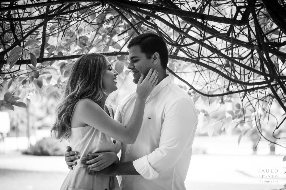 foto em preto e branco, casal sorrindo olhando um para o outro