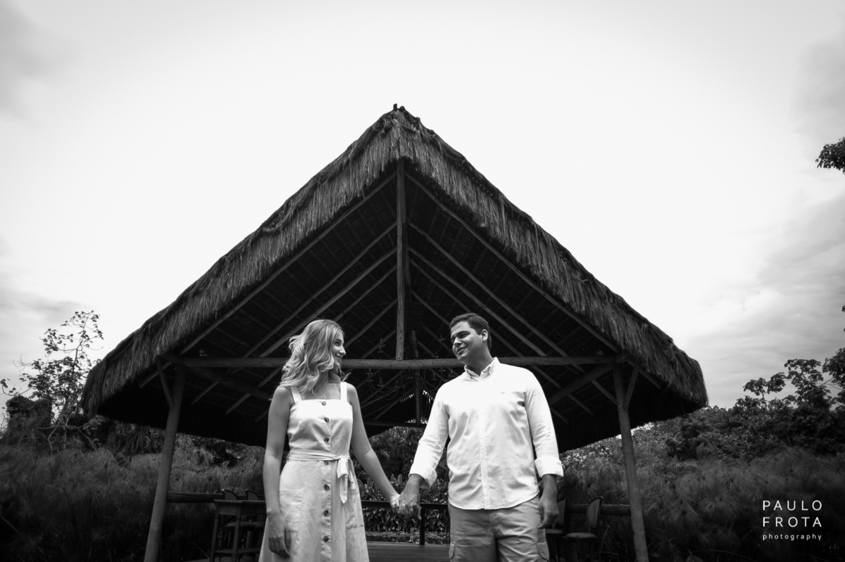 Casal de mãos dadas, sitio meio do mato, local da cerimonia