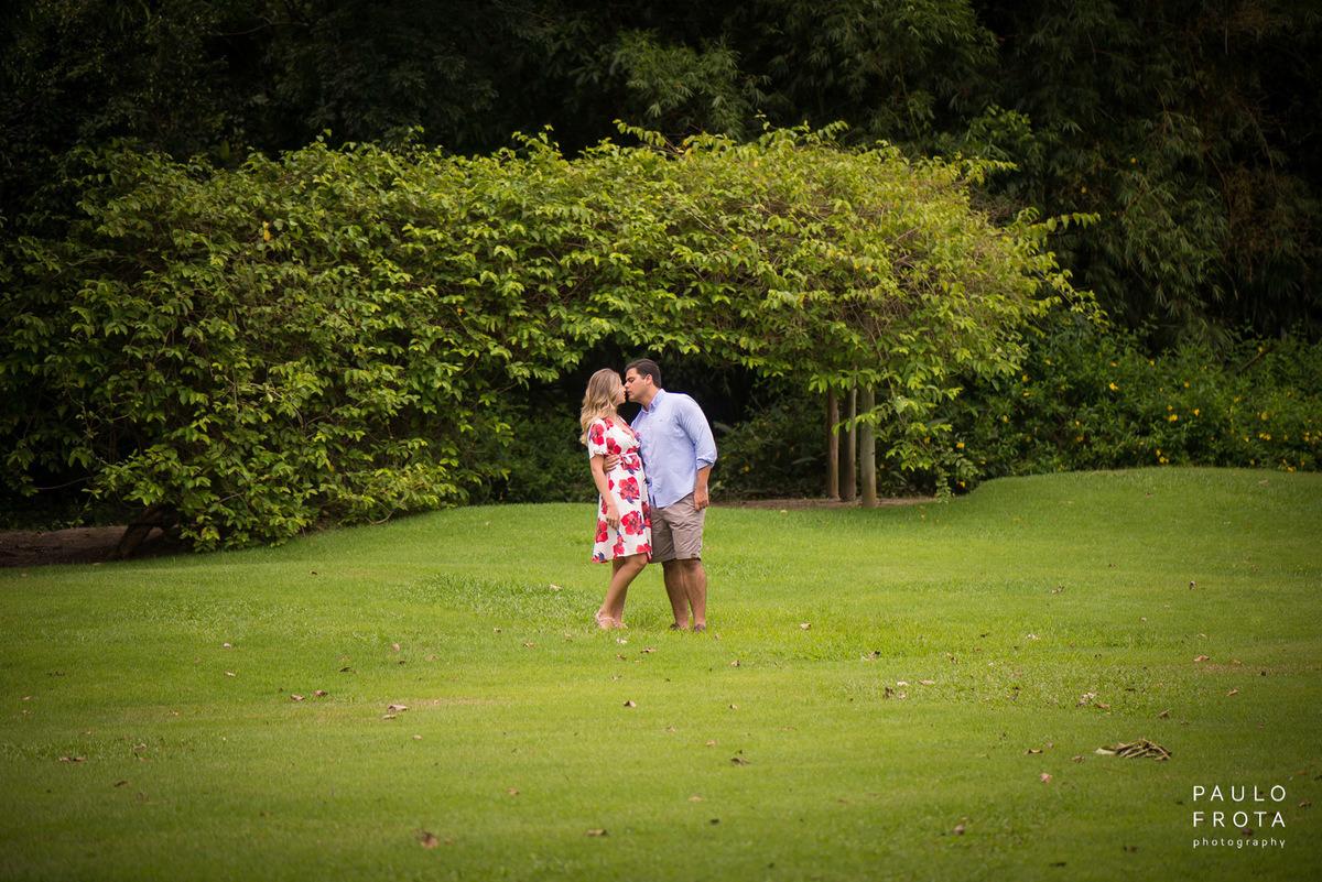 casal no gramado se beijando