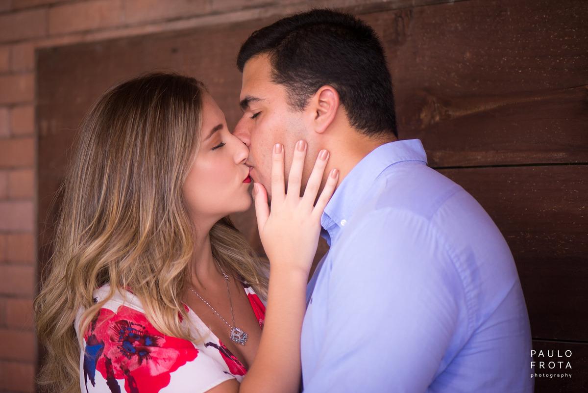 casal se beijando, plano de fundo de madeira