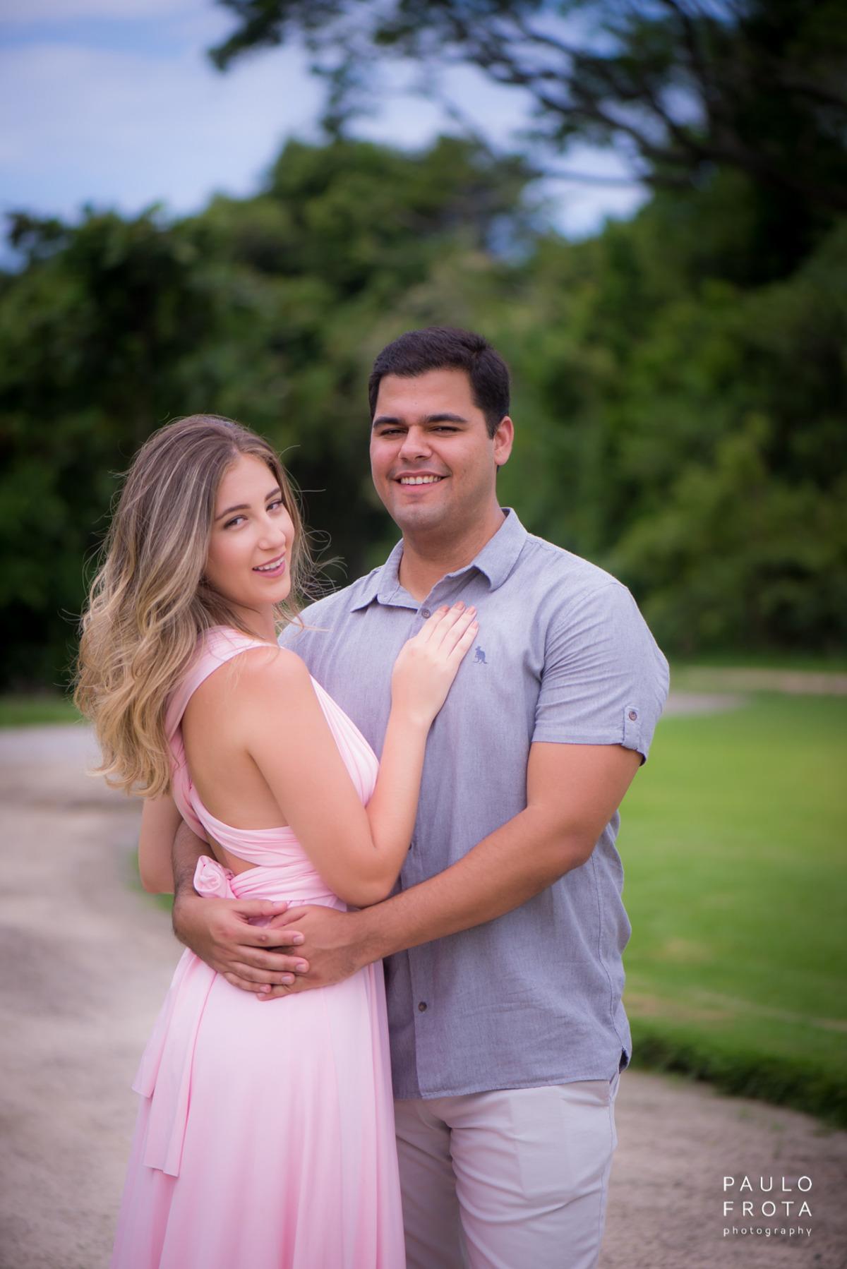 casal abraçado posando para a foto
