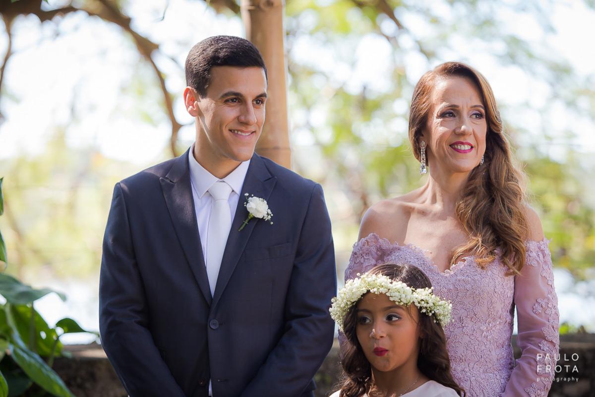 noivo olhando entrada da noiva