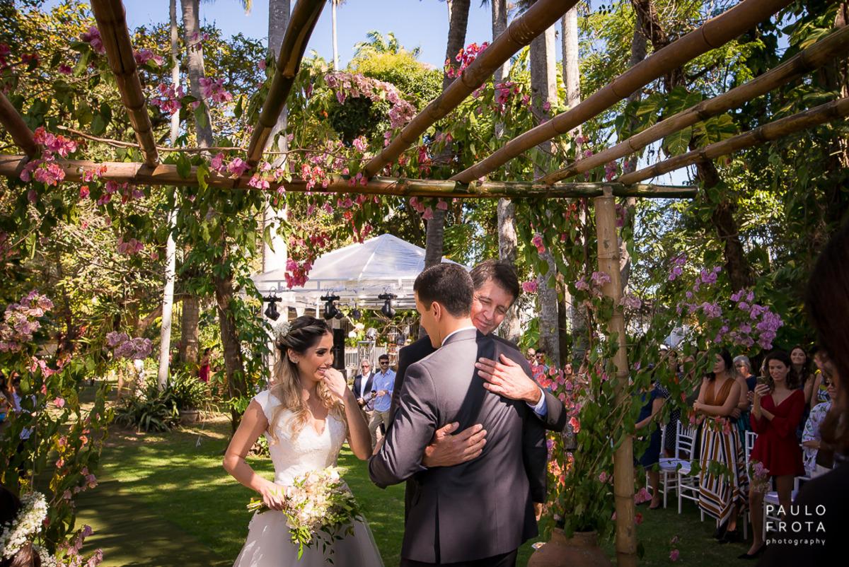 noivo abraçando pai da noiva